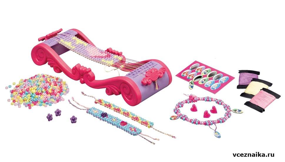 В набор для создания украшений из бисера в технике плетения входят: станок, 1500 бусин бисера пяти цветов...